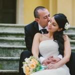 Coppia di sposi sulle scale