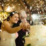 08-winter-wedding-cake-torta-coriandoli-taglio-torta-gioia